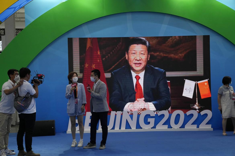 Il presidente Xi Jinping sullo schermo