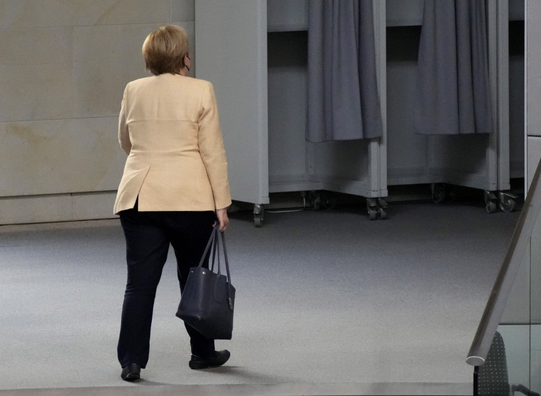 Angela Merkel esce dall'aula del Bundestag