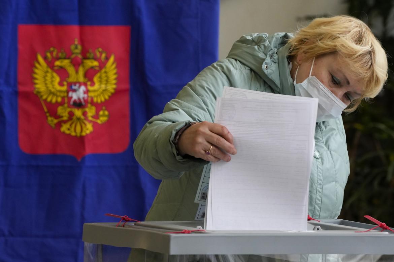 Un'elettrice in un seggio di San Pietroburgo