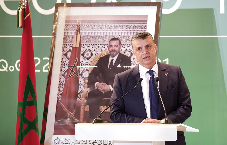Il neo-premier marocchino Aziz Akhennouch parla con l'immagine di Mohammed VI alle sue spalle