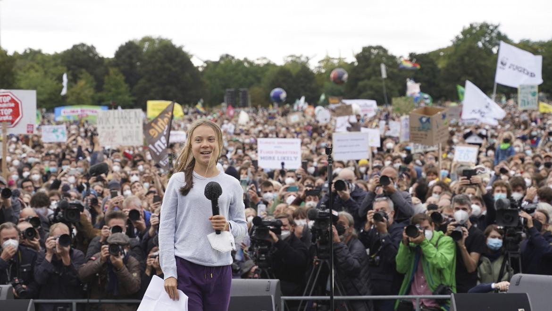 Greta Thunberg sul palco di Berlino alla manifestazione Fridays for future prima delle elezioni di domenica 26