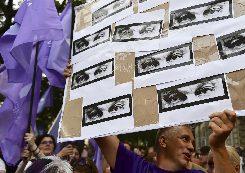 Budapest,  protesta contro l'uso di spyware per spiare gli avversari: nello striscione gli occhi di Orbán; in basso Gergely Karácsony