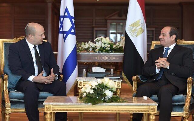 Il premier israeliano Bennett con il presidente egiziano El Sisi