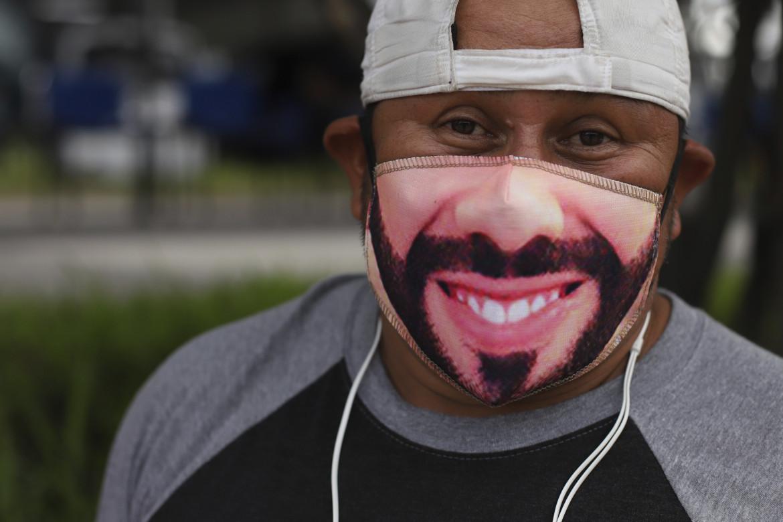 Un sostenitore di Najib Bukele con la sua maschera