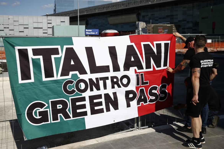 Striscione di protesta contro il Green pass a Stazione Termini, Roma