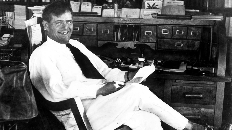 Jack London alla sua scrivania