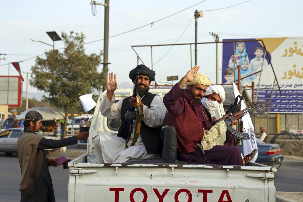 Miliziani talebani festanti per le strade di Kabul