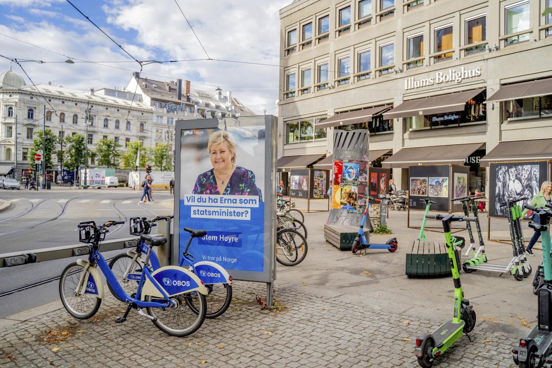 Oslo, manifesto elettorale della premier Erna Solberg, in basso il leader della sinistra socialista Audun Lysbakken