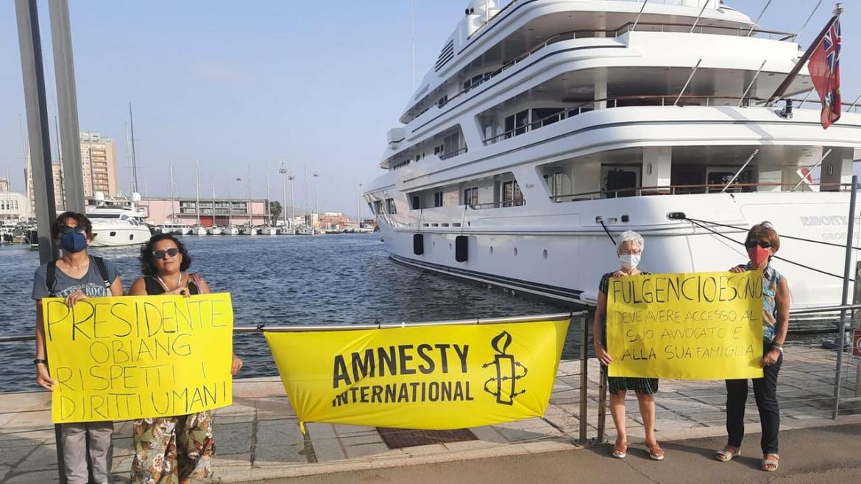 La protesta di Amnesty International davanti allo yacht