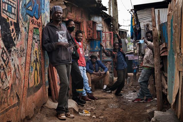 I Maasai Mbili fuori del loro studio a Kibera, ph. Laura Salvinelli
