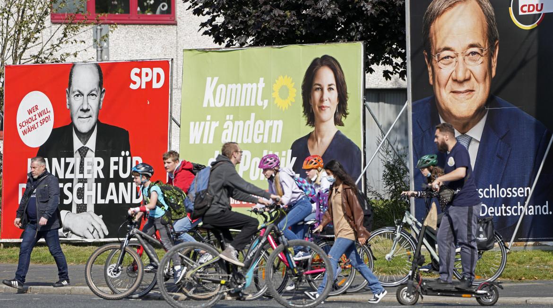Manifesti elettorali a Gelsenkirchen; in basso Merkel chiude la campagna elettorale di Armin Laschet; Olaf Scholz; Annalena Baerbock