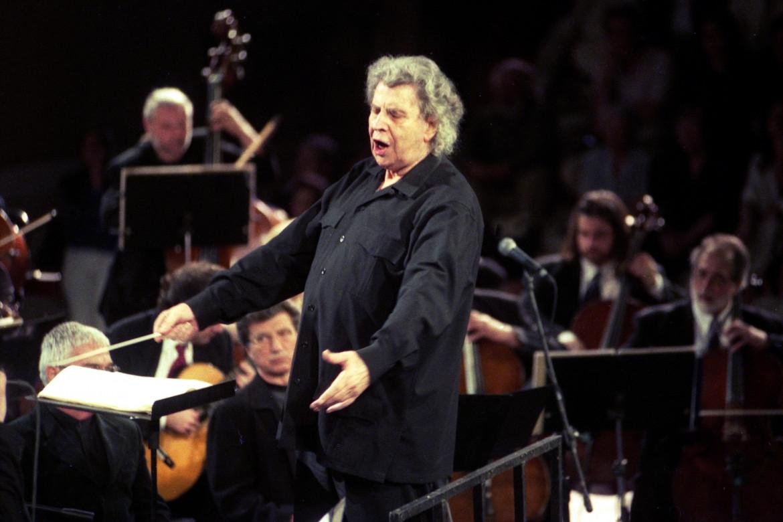 Mikis Theodorakis durante un concerto ad Atene nel 2001