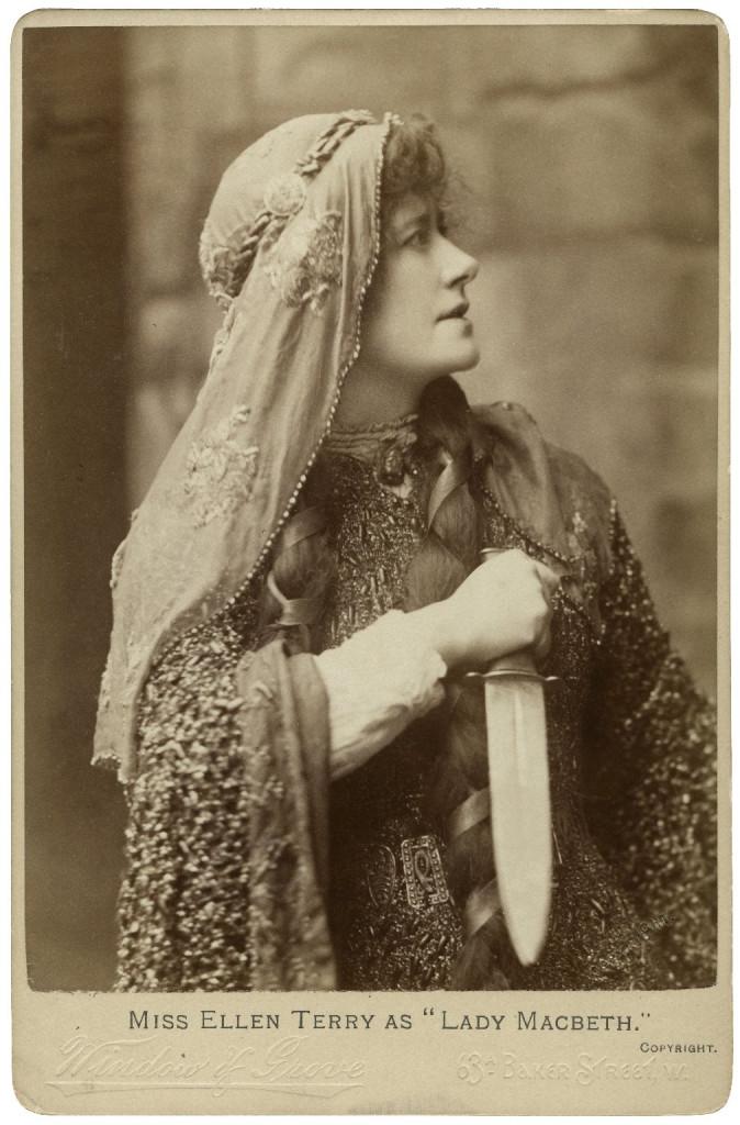Ellen Terry nel ruolo  di Lady Macbeth in Macbeth  di William Shakespeare, foto di Window & Grove, 1888 (Londra, National Portrait Gallery)