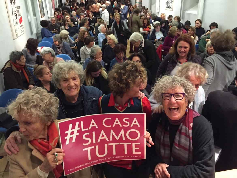Una manifestazione in difesa della Casa delle donne di Roma
