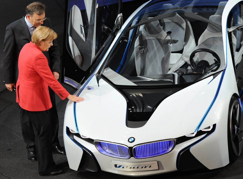 Angela Merkel al Salone dell'Auto di Francoforte con il ceo di Bmw Norbert Reithofer