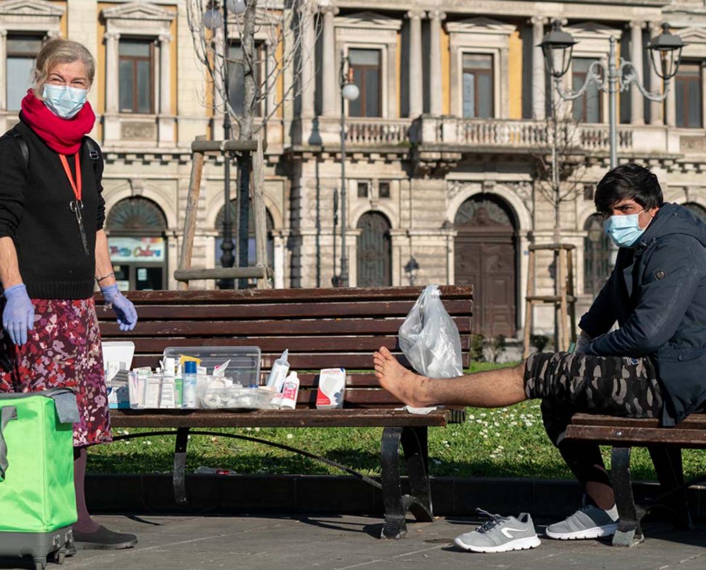 Lorena Fornasir aiuta un migrante arrivato a Trieste dalla rotta balcanica