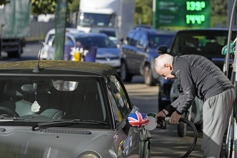Fila a un distributore di benzina a Londra