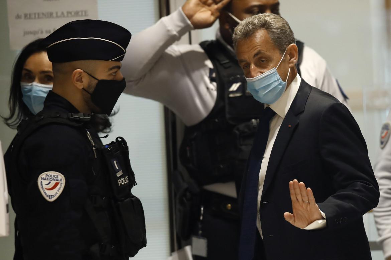Nicolas Sarkozy arriva nell'aula del tribunale di Parigi