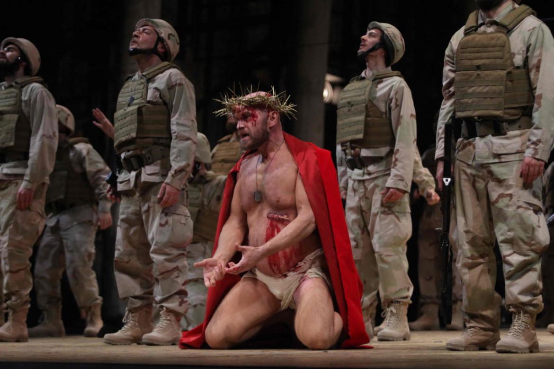 Tómas Tómasson  nel ruolo di Amfortas in una scena del Parsifal  di Richard Wagner,  regia di Graham Vick,  direzione  di Omer Meir Wellber,  Palermo,  Teatro Massimo,  febbraio 2020;