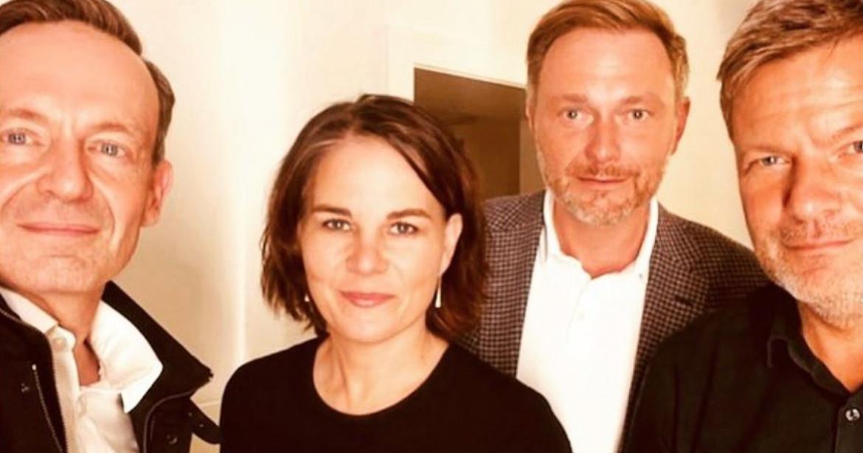 Il selfie pubblicato su Instagram sia dalla candidata dei Verdi Annalena Baerbock che dal leader della Fdp Christian Lindner, nella foto insieme al coleader dei Verdi Robert Habeck e al segretario generale dell'Fdp, Volker Wissing