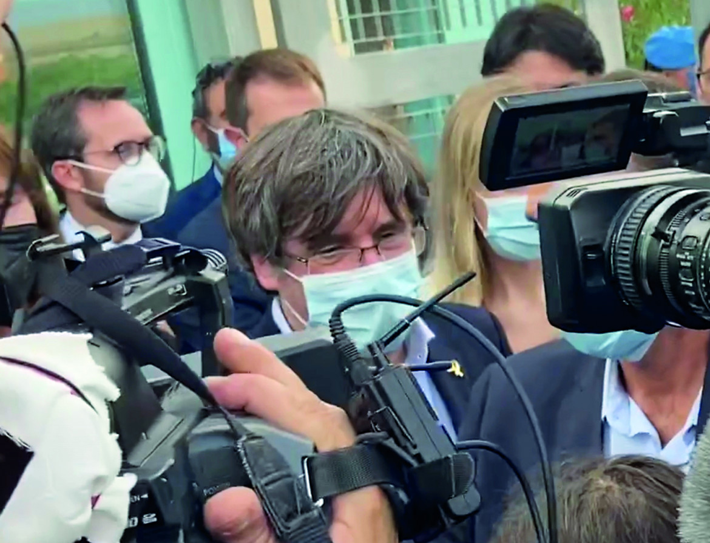 Carles Puigdemont all'uscita del carcere di Sassari