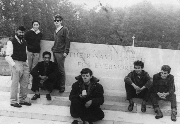 Una delle rare foto in cui Lord Woodbine compare con i Beatles agli esordi. Questa è l'immagine da cui è stato «cancellato» di cui si parla nel testo