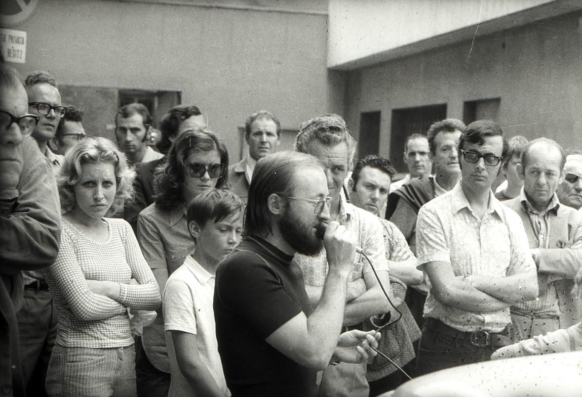 Grazia Barbiero, seconda da sinistra, a Merano nel 1972, esprime solidarietà agli operai della fabbrica Montedison di Sinigo accanto al prete operaio don Carmelo Setti. © Archivio Enzo Nicolodi