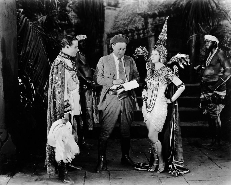 DeMille e Julia Faye sul set di «Fool's Paradise» (US 1921) di Cecil B. DeMille (Wisconsin Center for Film and Theater Research)