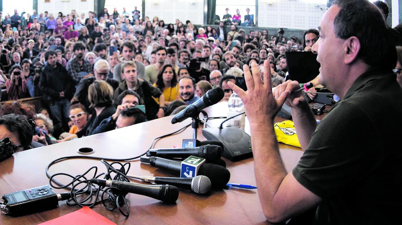 Mimmo Lucano in una assemblea all'Università La Sapienza