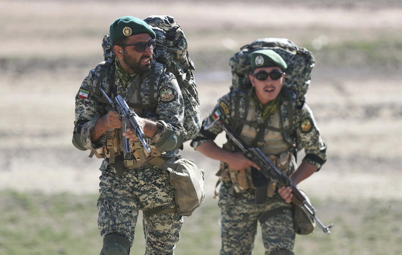 Soldati iraniani impegnati nelle manovre militari