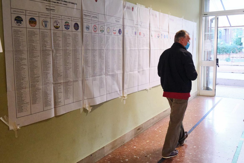 Roma, elettore al seggio