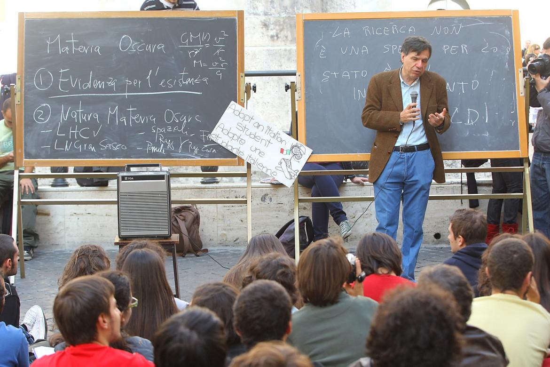 25 ottobre 2008, la lezione di fisica di Giorgio Parisi in piazza Montecitorio contro la riforma Gelmini