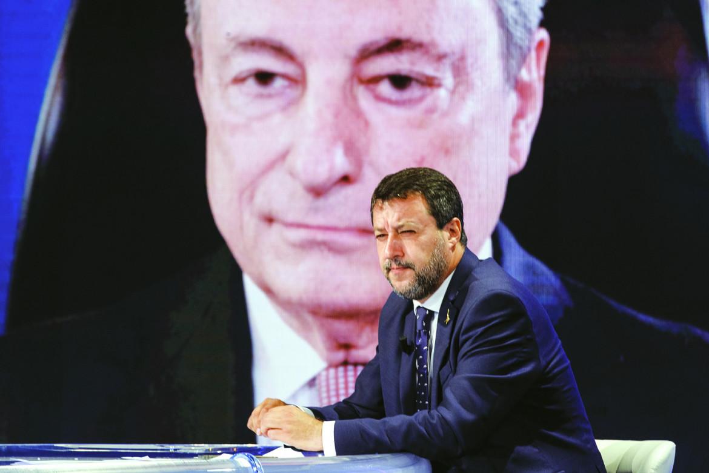 Matteo Salvini con Mario Draghi sullo sfondo