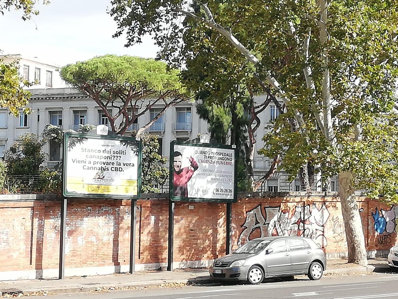 Cartelloni pubblicitari a Roma: sulla destra l'ultimo spot di Exequia contro gli «sciacalli»