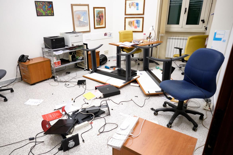 Sede della Cgil devastata dopo l'irruzione di gruppi neo fascisti
