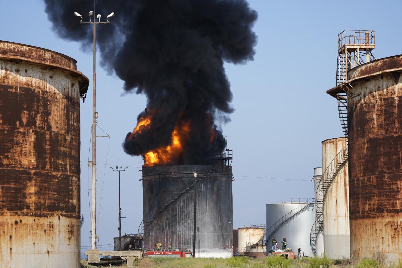 L'incendio di ieri in un deposito di carburante vicino Sidone