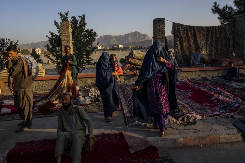 Un mercato informale a Kabul dove le persone vendono il poco che hanno
