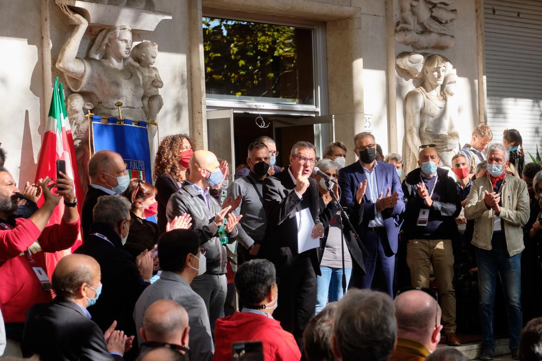Maurizio Landini davanti alla sede nazionale della Cgil