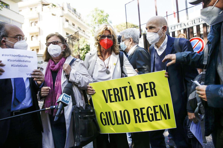 La famiglia Regeni con l'avvocata Ballerini e il presidente dell'Fnsi Giuliettia Piazzale Clodio, sede della Procura di Roma