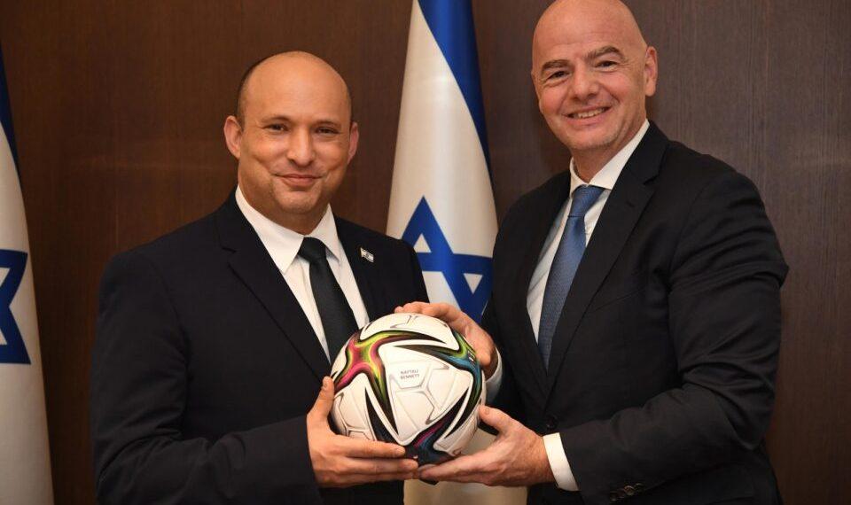 Il presidente della Fifa Gianni Infantino con il premier israeliano Naftali Bennett