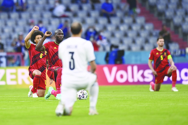 Monaco, 2021 i giocatori si inginocchiano durante Belgio-Italia
