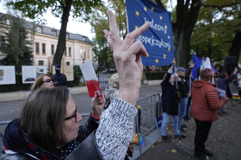 Proteste davanti al Tribunale costituzionale di Varsavia dopo la sentenza; in basso Ursula von der Leyen