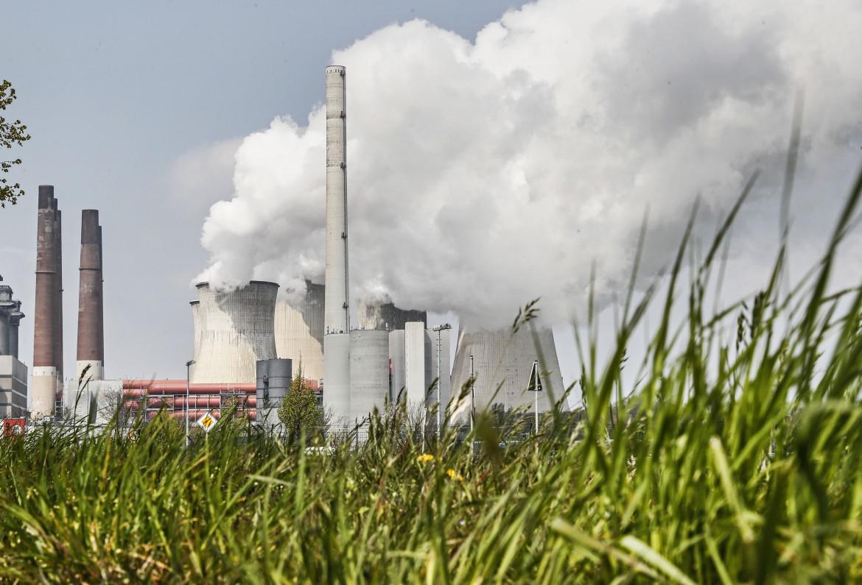 Centrale elettrica Rwe alimentata a carbone a Neurath, in Germania. In basso la commissaria all'energia Kadri Simson