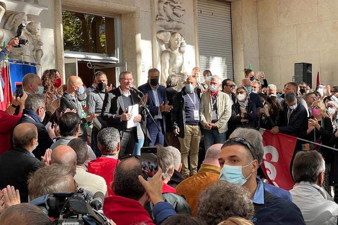 La manifestazione della Cgil davanti alla sede nazionale dopo l'assalto fascista di sabato