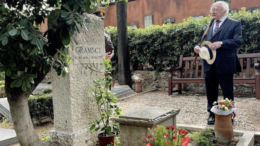 Il presidente irlandese Michael D. Higgins sulla tomba di Gramsci al cimitero acattolico di Roma
