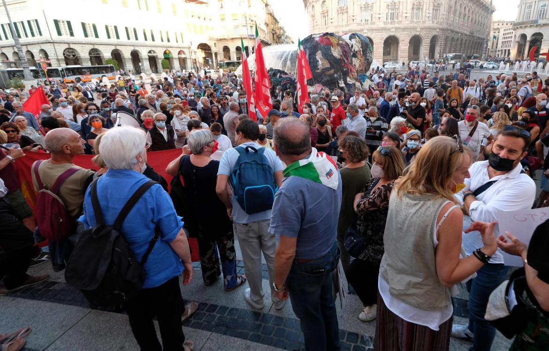 Genova, manifestazione di solidarietà a Mimmo Lucano