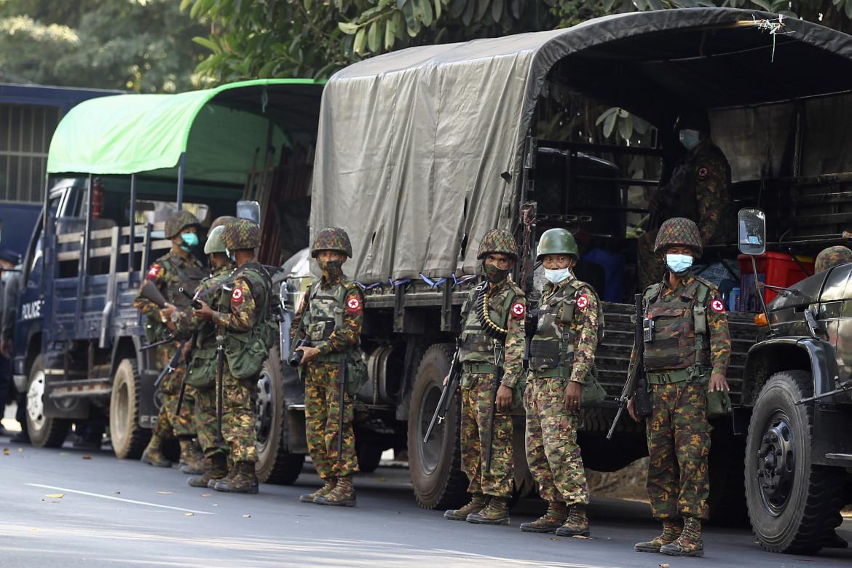 Forze militari della giunta golpista birmana