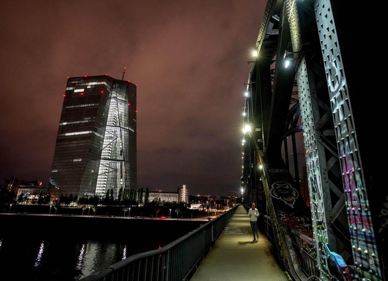 Francoforte, la sede della Bce illuminata