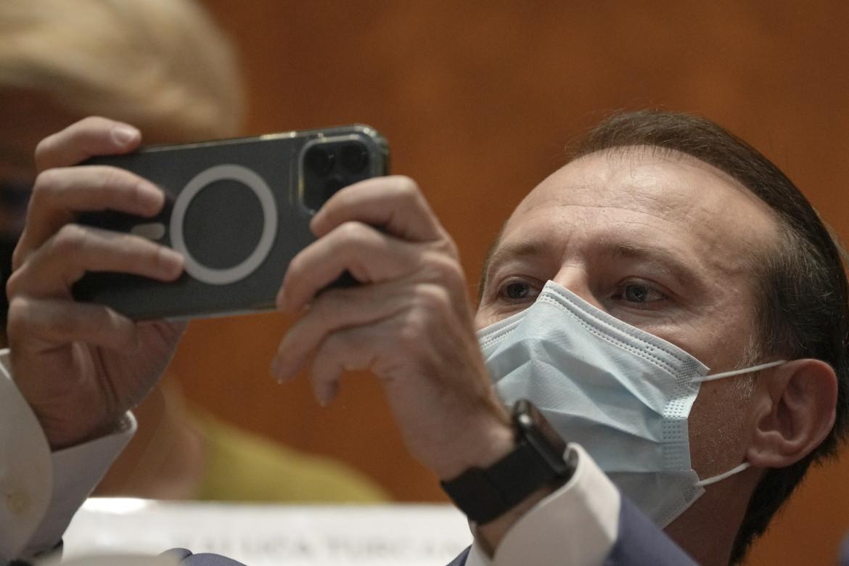 Selfie del premier Florin Citu prima della mozione di sfiducia