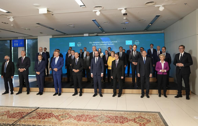 Il primo ministro sloveno Janez Jansa e il presidente del Consiglio europeo Charles Michel con i leader Ue e dei Balcani al vertice  in Slovenia